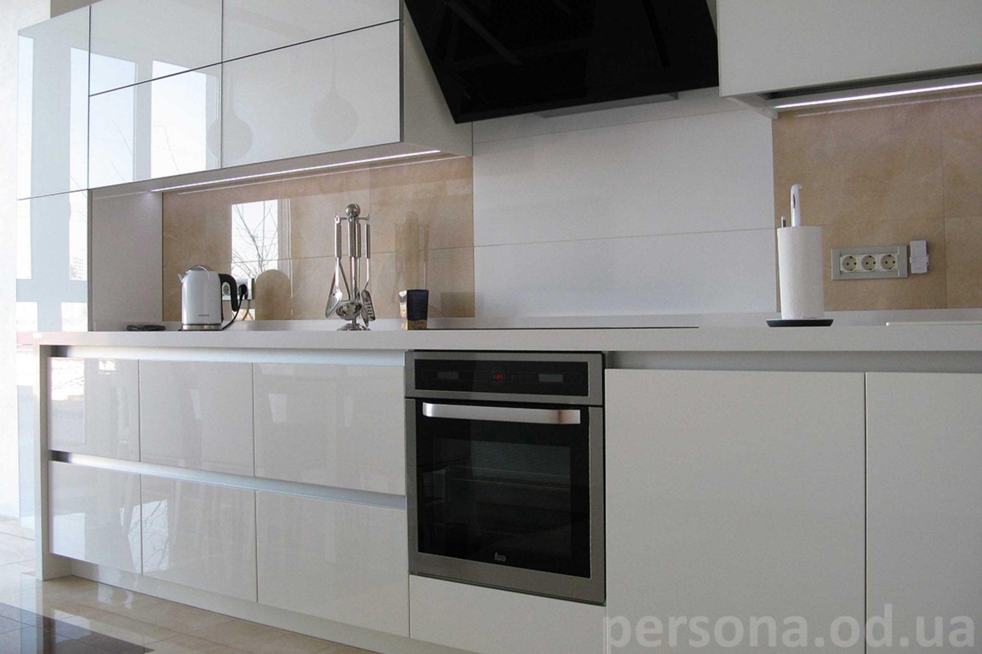 Белая кухня без ручер