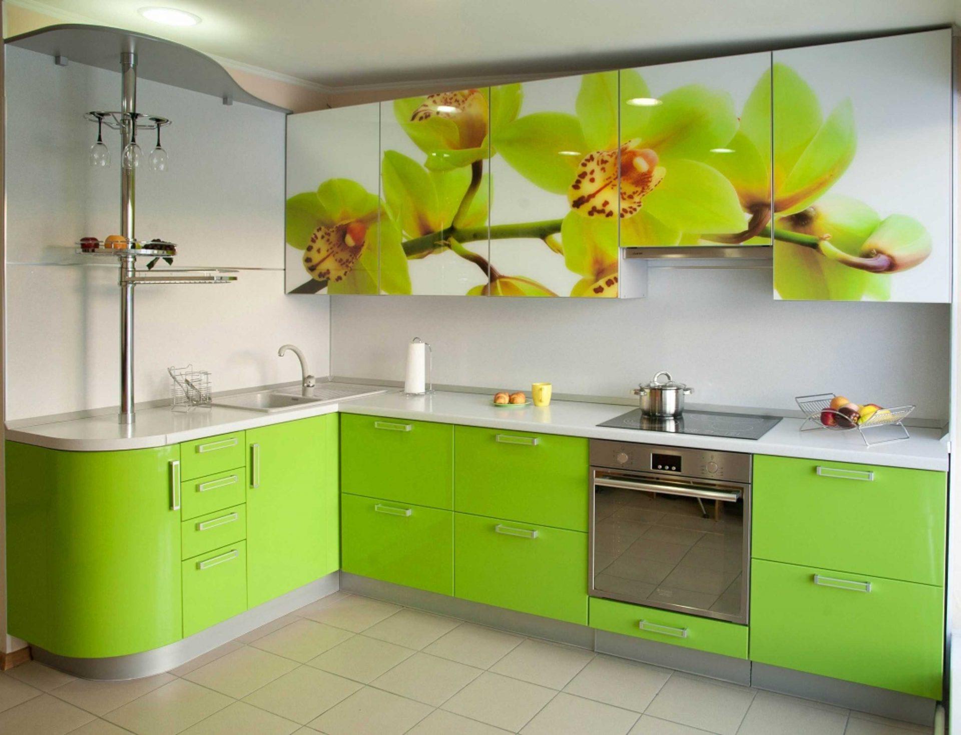 Салатовая угловая кухня с стеклянными фасадами и цветами