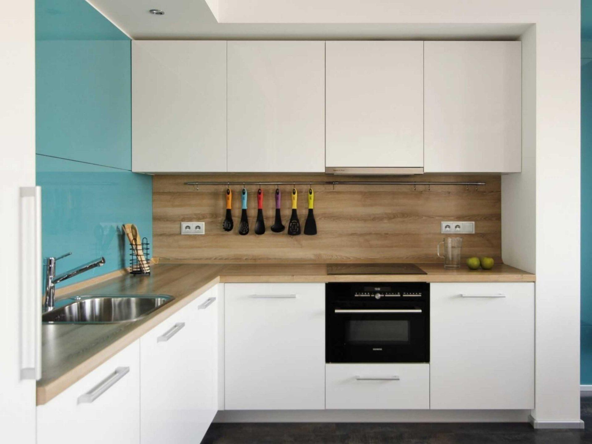 Белая угловая кухня с деревянной столешницей