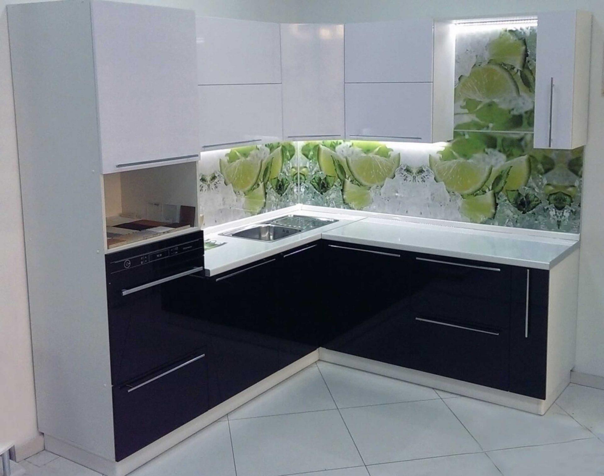 Черно-белая угловая кухня с белой столешницей