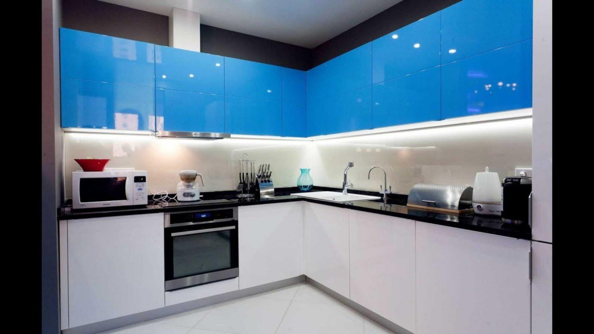 Белая кухня с голубыми фасадами
